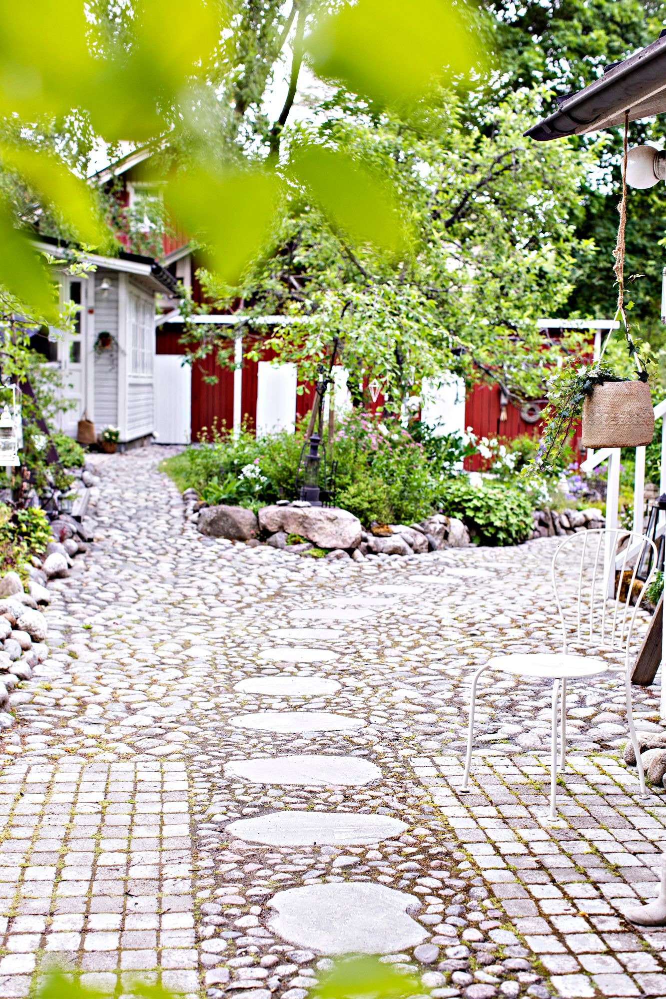The corridor network borders the raised bench in the center of the yard.  The coating is a combination of round cobblestones and concrete stones, which provide smooth surfaces.