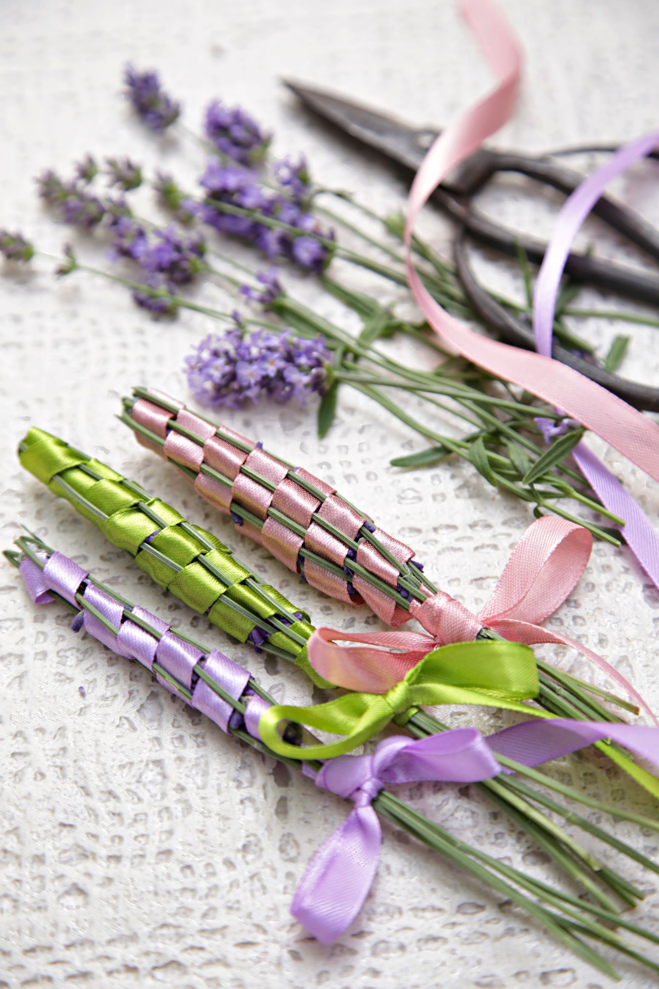 Lavender blossoms are edible, but their scent is also worth taking advantage of.  Scent the wardrobe with lavender.  Collect lavender in a bud so that the flowers do not fall.